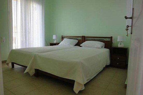 Υπνοδωμάτιο με δύο μονά κρεβάτια στον πρώτο όροφο της Natura Villas
