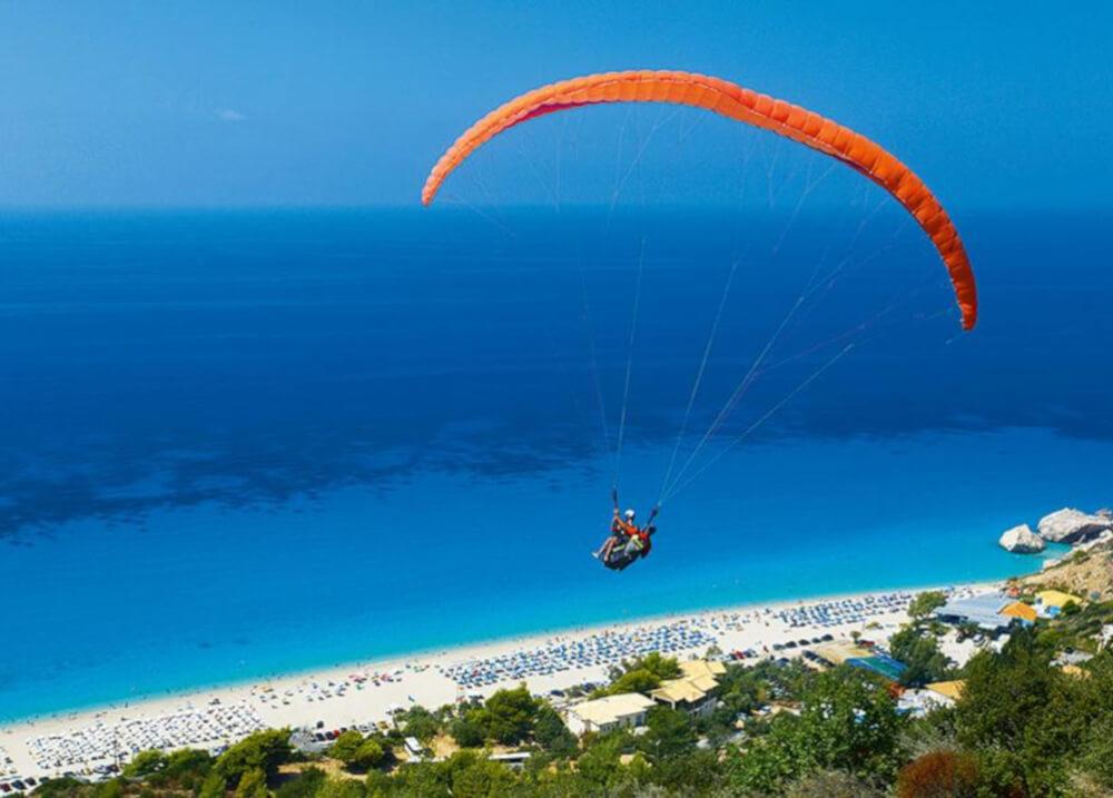 Παραπέντε στην παραλία Κάθισμα της Λευκάδας