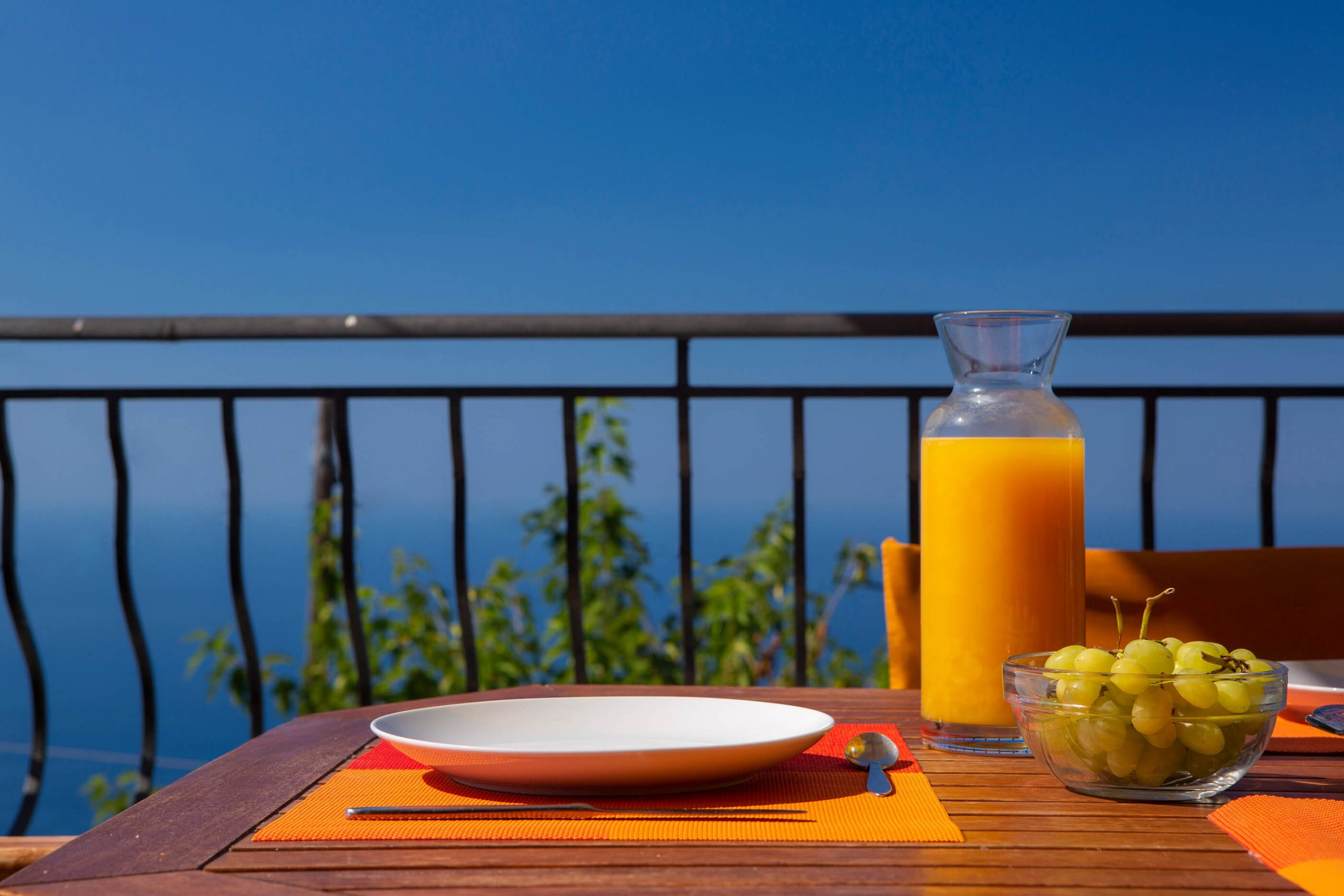 Πρωινό στο μπαλκόνι της Natura Villas