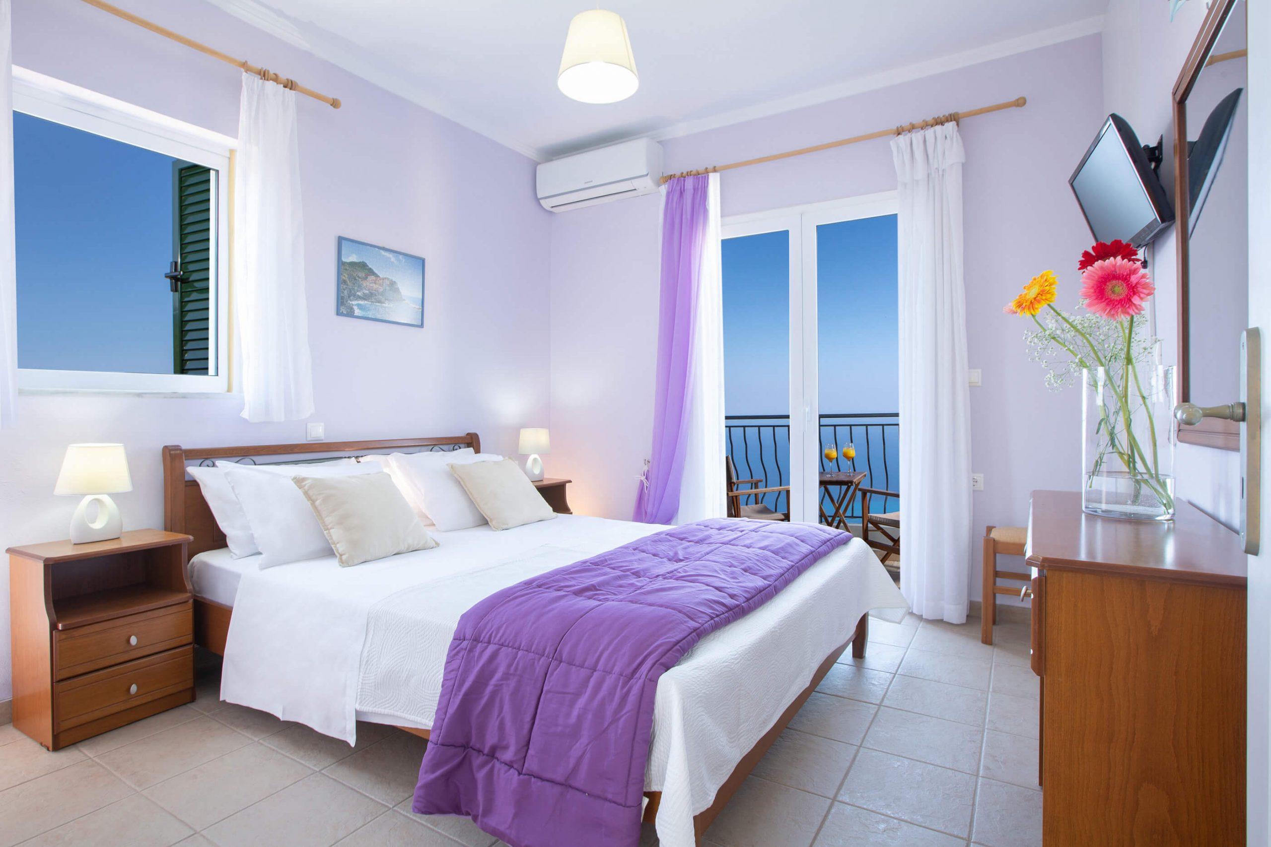 Κύριο υπνοδωμάτιο με διπλό κρεβάτι στη Natura Villas Λευκάδας