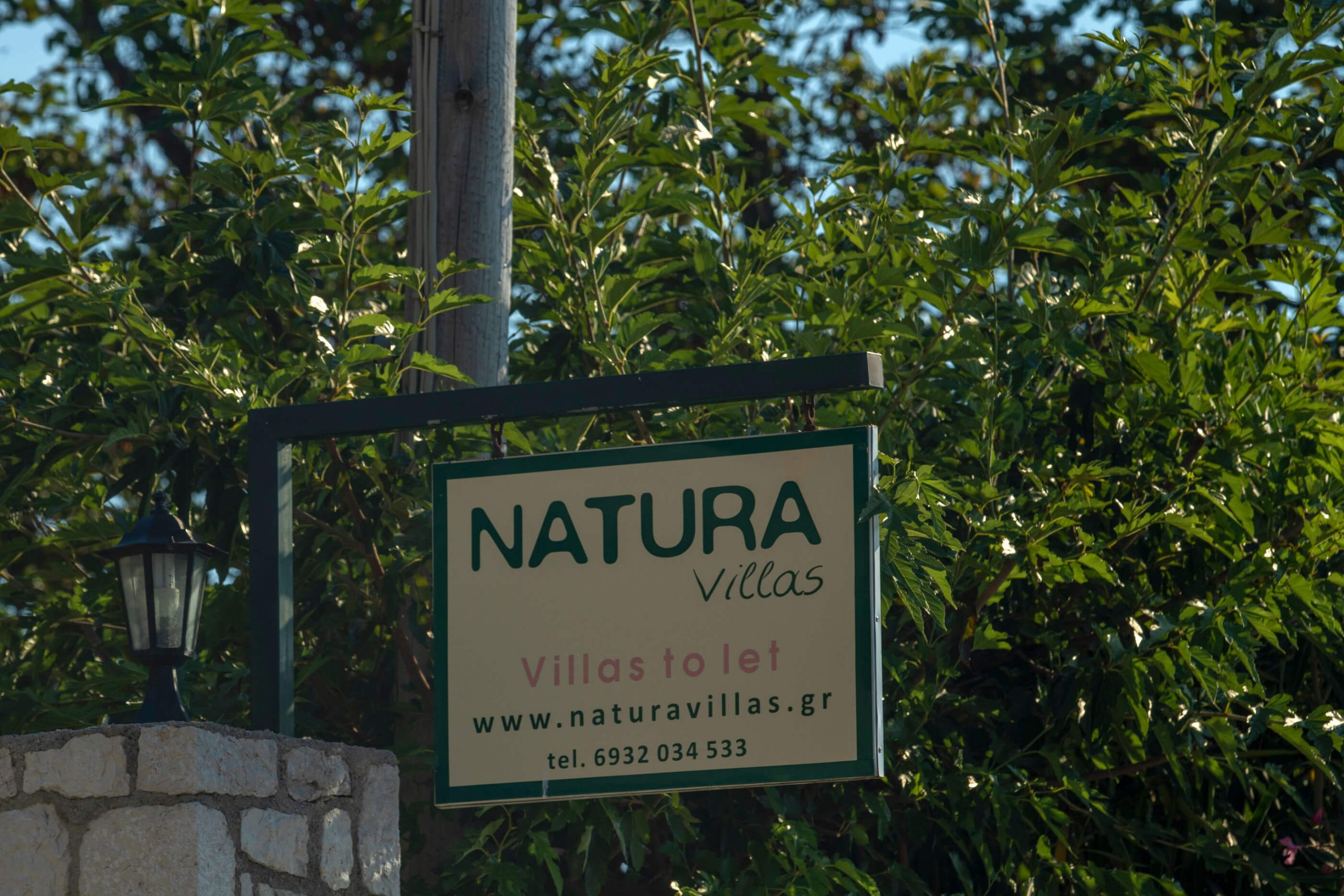 Πινακίδα Natura Villas στη Λευκάδα
