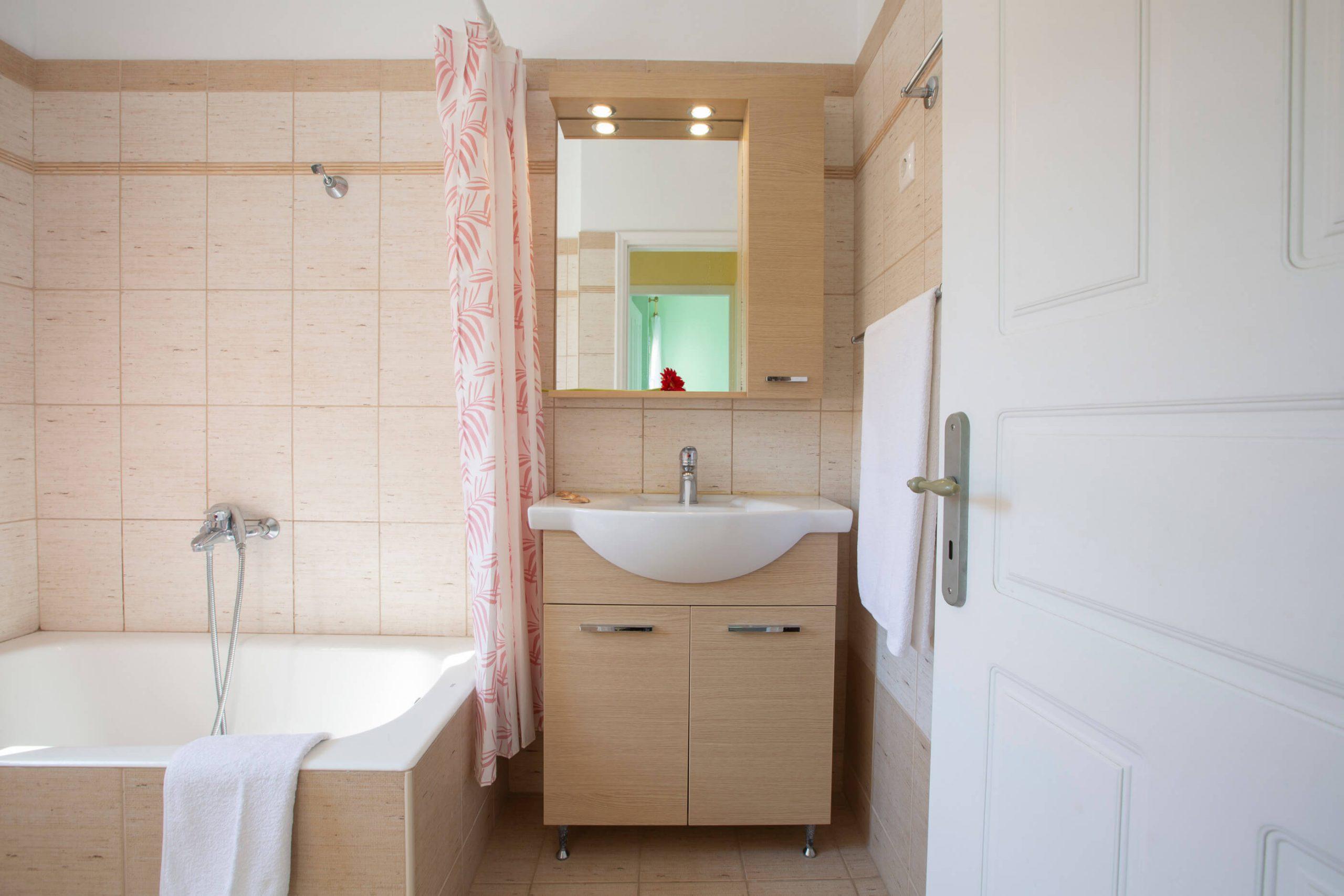 Κύριο μπάνιο με μπανιέρα στον 1ο όροφο της Natura Villas